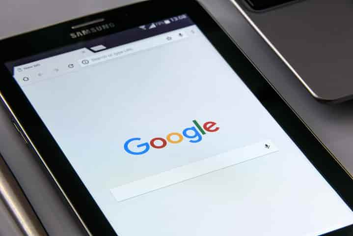 グーグルを表示しているスマホ