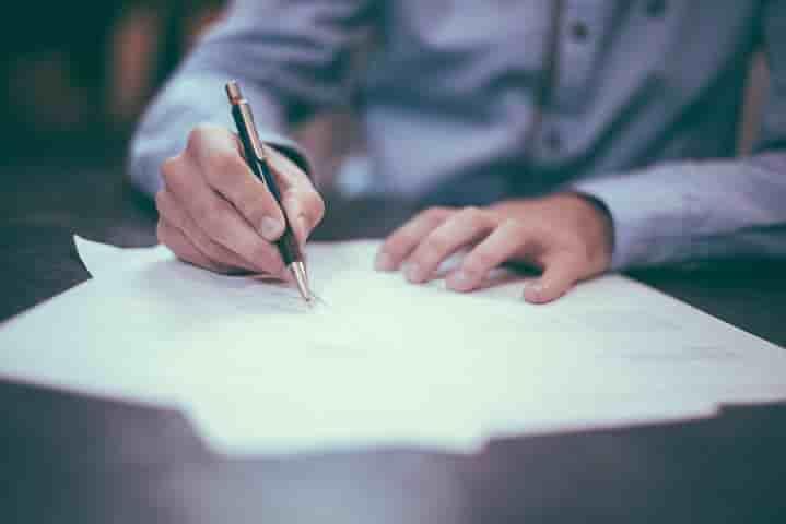 紙に何か書いている様子